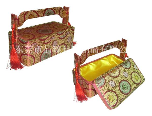...料为主体以密度板,外部锦缎贴合,盒内内衬贴特种纸加绸缎,精工