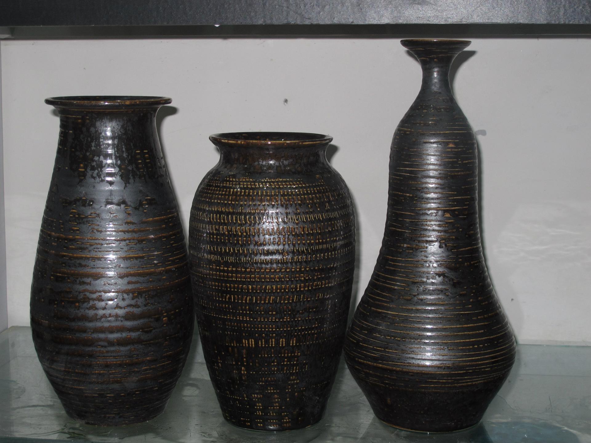 在国外,瓷器、景德镇与中国是一个概念,可见中国的瓷器在世界上的地位。但到了近代,我国陶瓷业与国外相比却落后了许多。近几年,由于景德镇的陶瓷艺人和艺术家们的努力,现代艺术瓷器开始被海外收藏家关注,收藏家和陶瓷爱好者开始注意到,现代艺术瓷也是个不容忽视的新的收藏热点。  现代艺术瓷器是收藏重点 一、瓷器收藏历来是国内外收藏的重头戏,但大都局限在古代瓷器和官窑陶瓷。官窑陶瓷的投资太大,并不是普通收藏家可以玩得起的;而现代艺术瓷则不然,普通中等收入的人士即可涉足。 二、官窑陶瓷由于量少,买家又多