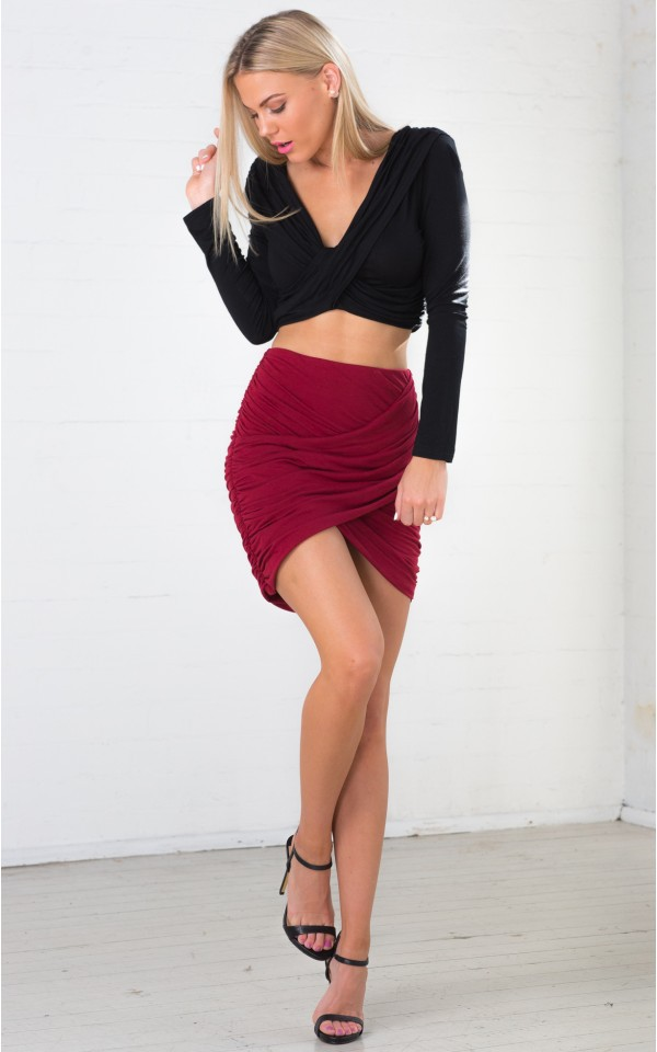 55 Amazing Pencil Skirt Outfit Ideas. Outfits; Uncategorized; 55 Amazing Pencil Skirt Outfit Ideas. What is a Pencil Skirt? A pencil skirt is a skirt with a narrow and straight cut. It reveals the figure of a woman as it hugs the curves of a woman's body. If it is a night of clubbing, wear a bolder top and higher heels. If it is a dinner.